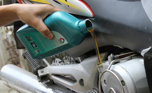 Thay dầu thường xuyên để hạn chế xe máy bị nóng máy