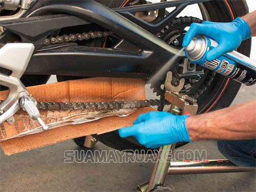 nên chuẩn bị miếng bìa cứng để che chắn tránh dung dịch tẩy văng vào bánh xe