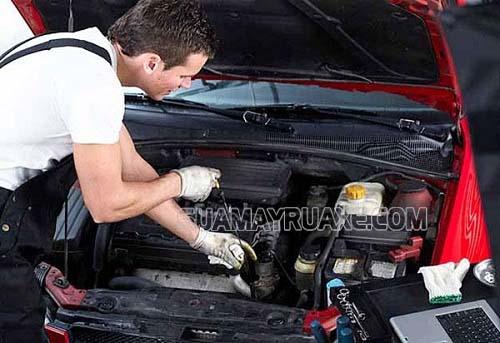 Thợ kỹ thuật cần chăm sóc xe hơi kỹ lưỡng