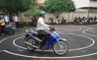 Bao nhiêu tuổi được thi bằng lái xe máy?