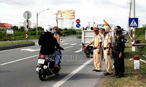 Người điều khiển xe cơ giới nên chấp hành luật giao thông