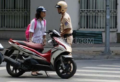 Công dân đủ 18 tuổi trở lên được điều khiển xe máy