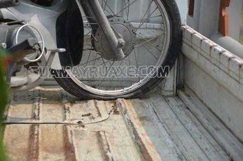 Chú ý khi bánh trước xe bị non hơi thủng lốp cũng khiến xe bị rung đầu