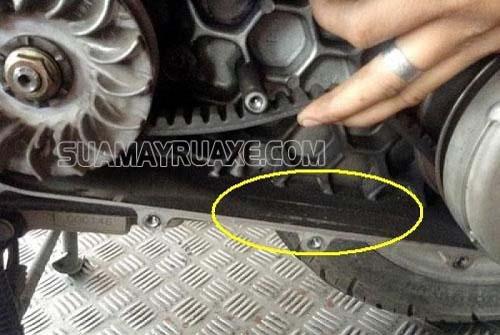 Bạn cần thay dây curoa xe máy khi bị nứt