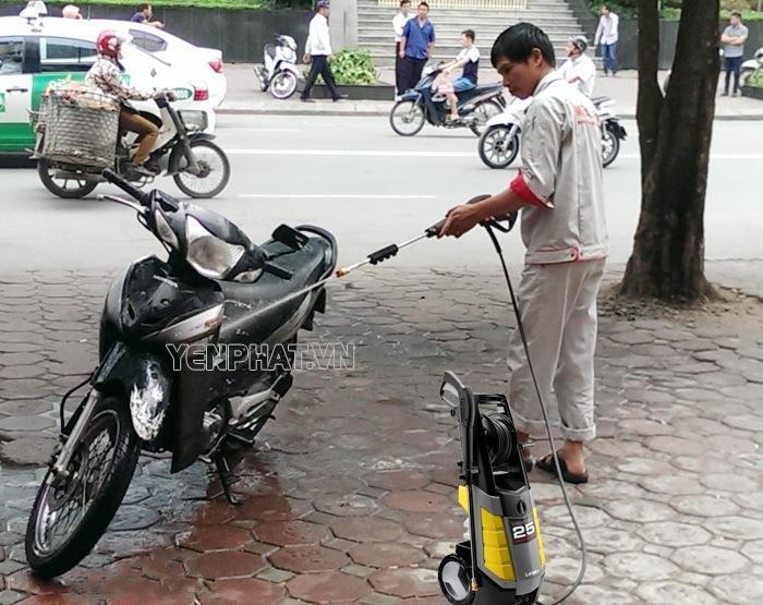 Việc vệ sinh xe sau những chặng đường dài giúp động cơ xe khỏe hơn