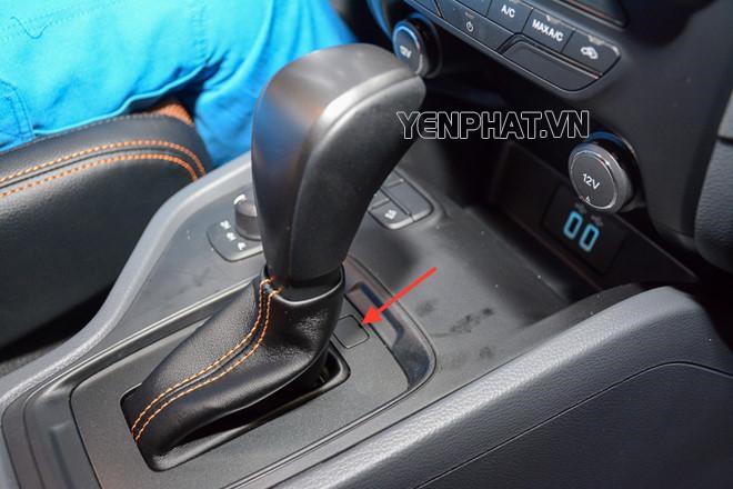 Vị trí nút Shift Lock ngay sau cần chuyển số có chức năng mở khóa