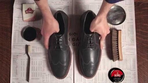 Các bước đánh xi giày đen để đạt độ bóng như ý