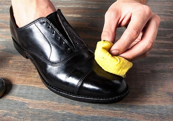 Dưỡng giày để tạo tiền đề cho xi bóng bám tốt hơn