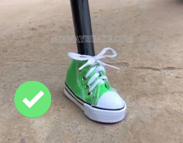 Nên bọc chân chống xe máy sẽ làm giảm đi sự trầy xước gạch