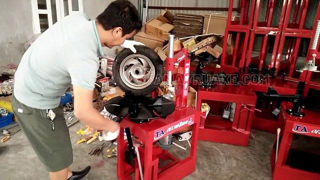 Độ nguy hiểm khi sử dụng máy ra vào lốp xe máy tự chế