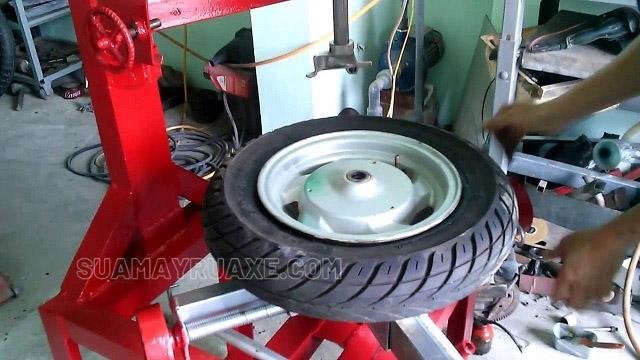 máy ra vào lốp xe máy tự chế